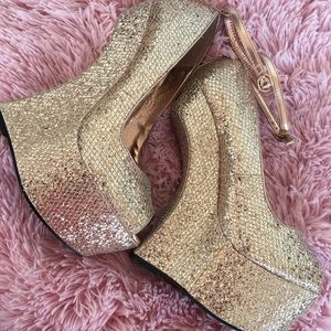 Heel less Shi By Journeys gold glitter size 7